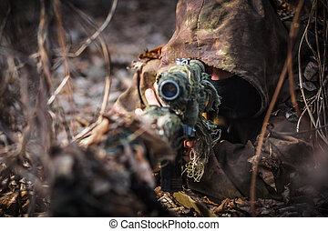 krypskytt, tröttsam, kamouflage, passa, med, gevär, skinn, in, den, veder