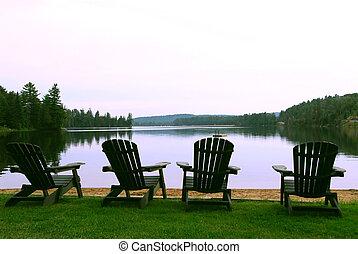 krzesła, jezioro