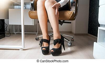 krzesło, młody, nogi, jej, wizerunek, closeup, kobieta interesu, posiedzenie, biuro, masowanie
