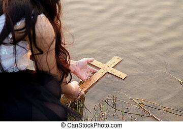 krzyż, do góry, river., drewno, zrywanie, dziewczyna