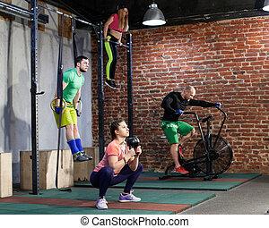 krzyż trening, sala gimnastyczna, atak, ludzie