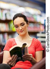 książka, kobieta, młody, biblioteka, czytanie