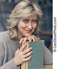 książka, kobieta, młody, szczęśliwy