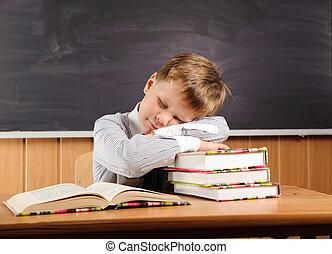książki, chłopiec, biurko, spanie