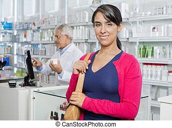 Kunde, arbeitende, apotheke, während, weibliche, Lächeln, Chemiker