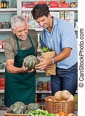 kunde, assistieren, shoppen, gemuese, mann, verkäufer