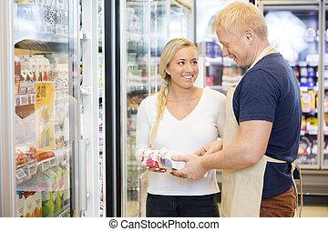 Kunde, Assistieren, Sie, schauen,  supermarke, Lächeln, Verkäufer