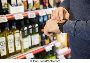 kunde, berühren, smartwatch's, schirm, in, lebensmittelgeschäft