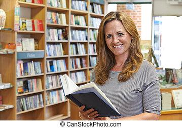 Kunde, Buchhandlung, weibliche, Porträt, lesende, Buch