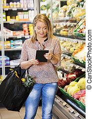 kunde, gebrauchend, tablette, edv, während, shoppen, in, lebensmittelgeschäft