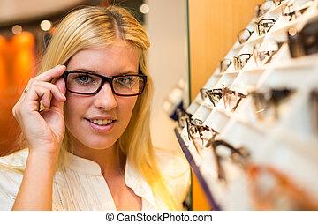kunde, in, optometrist's, laden, wählen, der, recht, rahmen