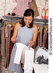 kunde, innen schauen, einkaufstüte, an, kleiderladen