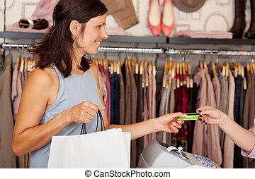 kunde, mit, einkaufstüten, annahme, kreditkarte, von, verkäuferin