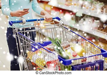 kunde, mit, lebensmittel, in, einkaufswagen, an, supermarkt