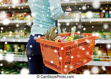 kunde, mit, lebensmittel, korb, an, supermarkt