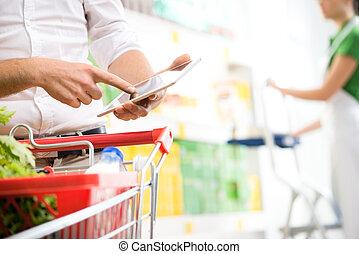 kunde, mit, tablette, an, supermarkt