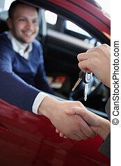 kunde, modta, vogn nøgle, mens, hånd ryst