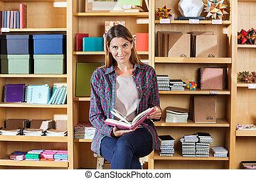 Kunde, regale, Sitzen, gegen, während, Buch, Besitz, Lächeln