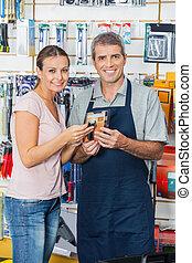 kunde, und, verkäufer, besitz, taschenlampe, in, kaufmannsladen