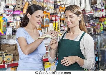 kunde, und, verkäuferin, mit, cockatiel, in, kaufmannsladen