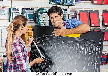 Kunde, untersuchen, Brett, gebrauchend, Größe, Verkäufer, maulschlüssel