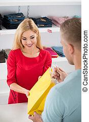 Kunde, verkäuferin, Geben, Tasche, shoppen, glücklich