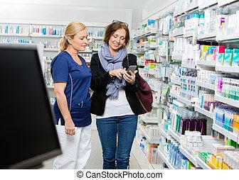 kunde, viser, raffineret, telefon, til, apotekeren, ind, apotek