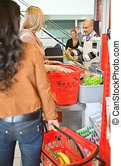 kunden, stehen linie, an, prüfung kostenzähler, in, supermarkt