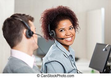 kundendienstvertreter, sprechende , in, anruf- mitte