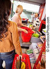 kunder, bärande korg, medan, inköp