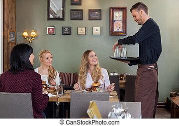 kunder, uppassare, ha, medan, kvinnlig, bricka, måltiden, glasögon