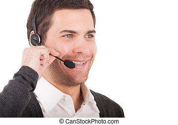kundtjänst, representative., stilig, ung man, in, hörlurar med mikrofon, se bort, och, le, medan, stående, isolerat, vita