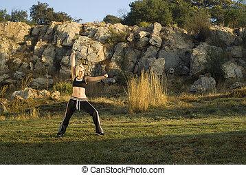kung fu, mujer, en el estacionamiento