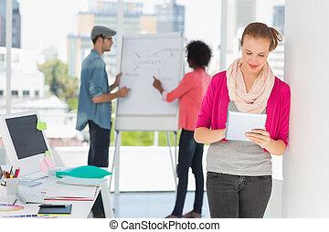 kunstenaar, achtergrond, digitale , vrouwlijk, collega's, gebruik, tablet, ongedwongen kantoor, helder