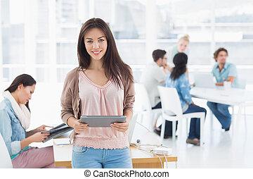 kunstenaar, achtergrond, verticaal, digitale , vrouwlijk, vasthouden, collega's, tablet, ongedwongen kantoor, helder