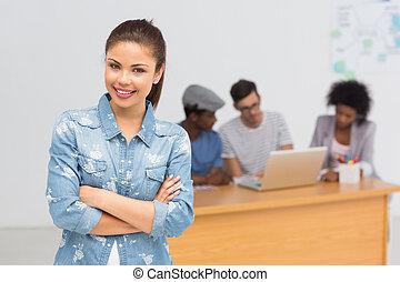 kunstenaar, achtergrond, vrouwlijk, collega's, ongedwongen kantoor