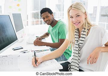 kunstenaar, besides, iets, collega, tekening, papier, kantoor