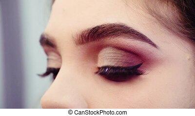 kunstenaar makeup, glueing, foute oogharen, om te, de, eyes