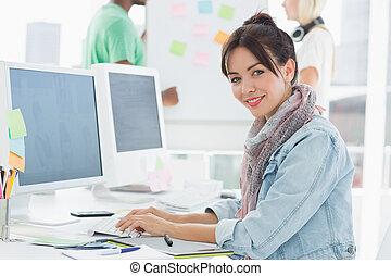 kunstenaar, verticaal, collega's, gebruik, achter, computer