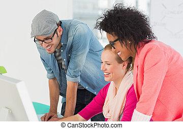 kunstenaars, werkende , het glimlachen, kantoor, computer