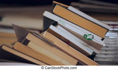 kupa książek, i, dyski, na, półka