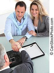 kupować, znacząc, real-estate-agent, para, kontrakt, szczęśliwy