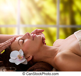 kurort, ansiktsbehandlingen masserar