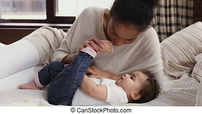 kussende , afrikaan, schattig, kleine, moeder, bed, baby, ...