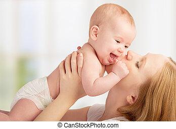 kussende , baby, vrolijke , moeder, jonge