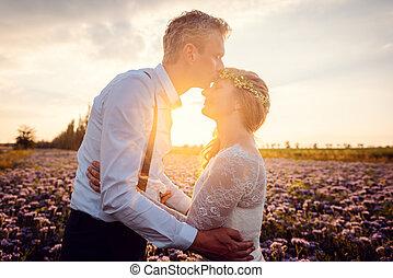 kussende , bruid, zijn, dorp, trouwfeest, romantische, bruidegom, gedurende
