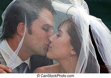 kussende , paar, trouwfeest