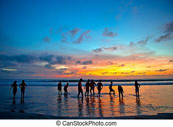 kuta, bali, persone, giovane, spiaggia tramonto