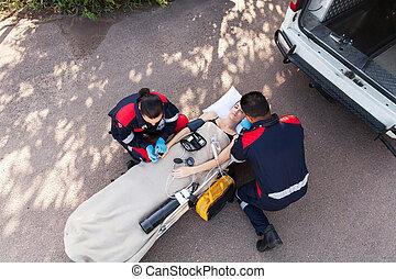 kvinde, bevidstløs, hold, paramedic, hjælpemiddel, forsyn, først