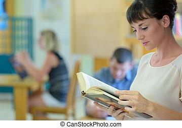 kvinde, bibliotek